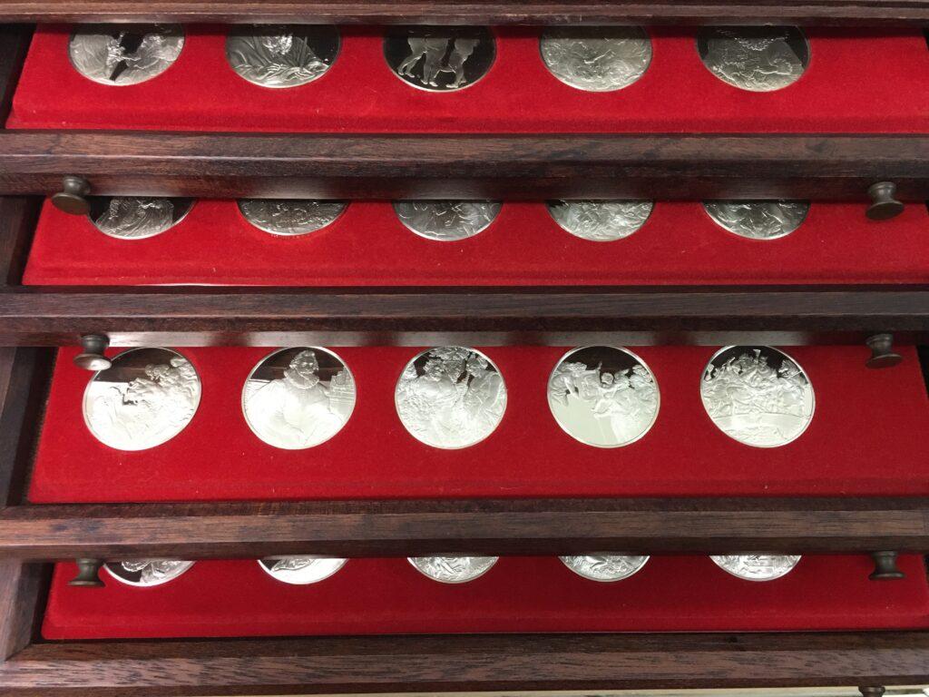 De koffer met 100 Rubenspenningen, inkijk op de munten