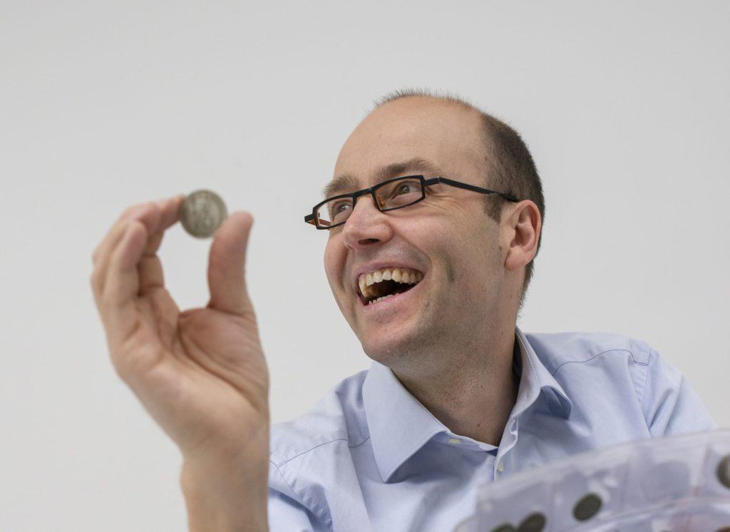 Bart Van Acker is gespecialiseerd in het aankopen van verzamelingen munten.